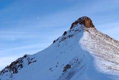 Picco e luna di montagna Fotografie Stock