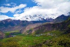 Picco e villaggio di montagna della neve di barwa di Namche sotto Fotografie Stock