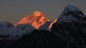 Picco illuminato del Mt Everest al tramonto Immagine Stock Libera da Diritti
