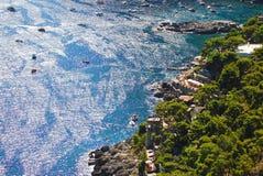 在卡普里岛海岛,意大利上的美丽如画的小游艇船坞Piccola 免版税库存照片
