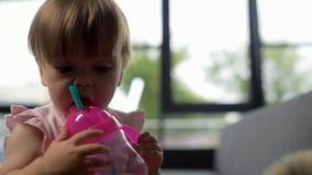 Piccola acqua sveglia del drinkin del bambino video d archivio