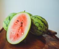 Piccola anguria su un bordo di legno Fotografie Stock