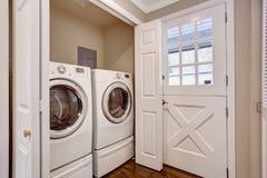 Piccola area della lavanderia con la rondella e l'essiccatore immagini stock libere da diritti
