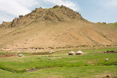 Piccola azienda agricola dell'Asia centrale con le tende nazionali Yurts e River Valley stretto Immagini Stock