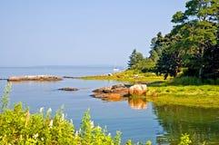 Piccola baia lungo il litorale della Maine Fotografia Stock