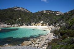 Piccola baia nascosta vicino alla piccola spiaggia nella riserva della baia di due genti vicino ad Albany Fotografie Stock