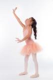 Piccola ballerina nello studio immagini stock