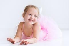 Piccola ballerina in tutu rosa fotografia stock