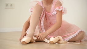 Piccola ballerina in vestito rosa stock footage