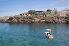 Piccola barca ancorata in una baia (i) Immagini Stock Libere da Diritti