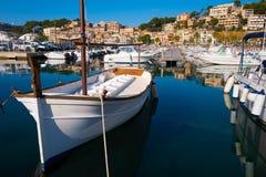 Piccola barca bianca ancorata nel porto immagini stock libere da diritti