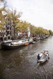 Piccola barca che passa le case galleggianti nel brouwersgracht Fotografia Stock Libera da Diritti