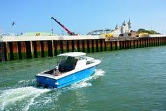 Piccola barca con il pescatore del mare Littlehampton, Sussex Il Regno Unito immagini stock libere da diritti