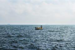 Piccola barca del pescatore che va alla deriva nel Mar Nero fotografia stock