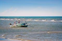 Piccola barca del pescatore nel mare immagine stock libera da diritti