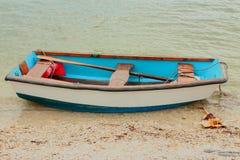 Piccola barca di fila blu e bianca Fotografia Stock