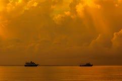 Piccola barca di giro in oceano Fotografia Stock Libera da Diritti