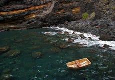 Piccola barca di legno ancorata vicino alle rocce Fotografia Stock Libera da Diritti