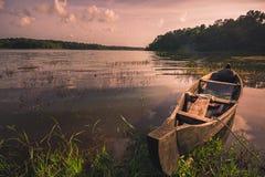 Piccola barca di legno che riposa nel lago Sasthamcotta immagine stock libera da diritti