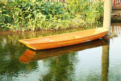 Piccola barca di legno sullo stagno fotografie stock libere da diritti