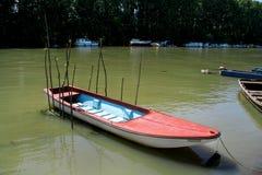 Piccola barca di pesca sul fiume Fotografie Stock Libere da Diritti