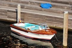 Piccola barca di velocità al pilastro immagini stock libere da diritti