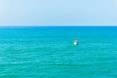 Piccola barca e mare blu immagini stock