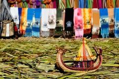 Piccola barca fatta dalle canne di totora dell'erba, lago Titicaca, Perù Fotografie Stock