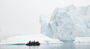Piccola barca, grandi iceberg Fotografie Stock