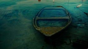 Piccola barca incavata in porticciolo stock footage