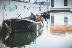 Piccola barca messa in bacino su un canale a Aveiro, Portogallo immagine stock libera da diritti