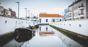 Piccola barca messa in bacino su un canale a Aveiro, Portogallo fotografia stock libera da diritti