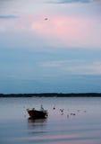 Piccola barca nel mare alla sera vicino a Middelfart, Danimarca immagini stock libere da diritti