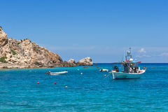Piccola barca nelle acque blu del mare ionico immagini stock libere da diritti