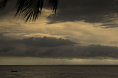 Piccola barca nera sul mare Fotografia Stock