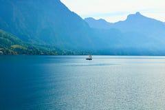 Piccola barca su un grande lago fotografia stock
