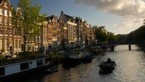 Piccola barca sul canale di Singel a Amsterdam stock footage