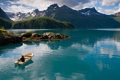 Piccola barca sul fiordo Fotografie Stock