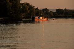 Piccola barca sul fiume Fotografia Stock Libera da Diritti