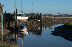 Piccola barca sul fiume Fotografia Stock