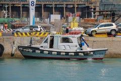 Piccola barca turistica all'ancoraggio nel porto marittimo di Piombino, Italia Immagine Stock