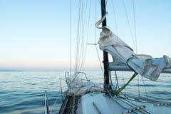 Piccola barca a vela nel tramonto Fotografia Stock Libera da Diritti