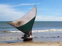Piccola barca a vela sulla spiaggia, Brasile di Jangada Fotografia Stock Libera da Diritti