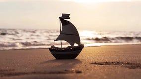 Piccola barca a vela sulla spiaggia di estate stock footage