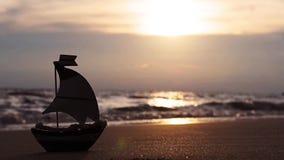 Piccola barca a vela sulla spiaggia di estate archivi video