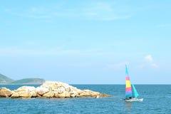 Piccola barca a vela variopinta con tempo piacevole Fotografia Stock Libera da Diritti