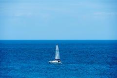 Piccola bella barca a vela nel mare aperto fotografia stock