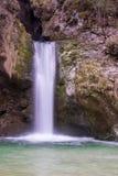 Piccola bella cascata nella caduta Immagini Stock