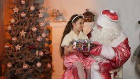 Piccola bella ragazza che ottiene presente da Santa video d archivio