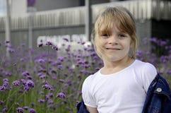 Piccola bella ragazza intelligente in maglietta bianca fotografie stock